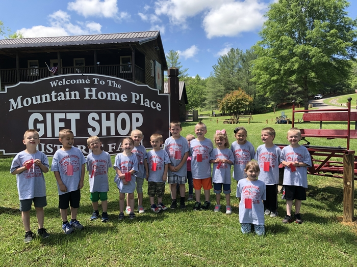 Flat Gap Head Start visits the Mountain Homeplace!